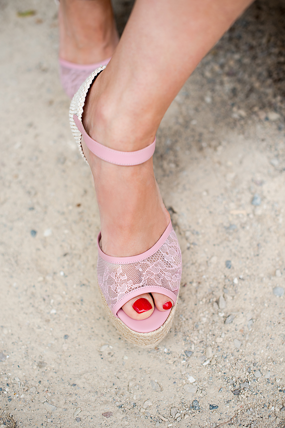 Anna Roufos Sosa of Noir Friday picks the best shoes and bags for your summer vacation.